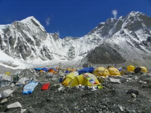 camp de base au pied de la montagne